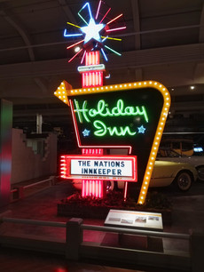An old, lighted Holiday Inn sign... I remember those!