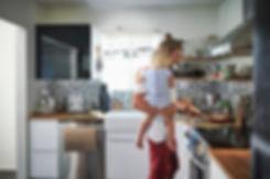 Giovane padre che cucina