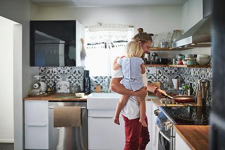 Junger Vater beim Kochen