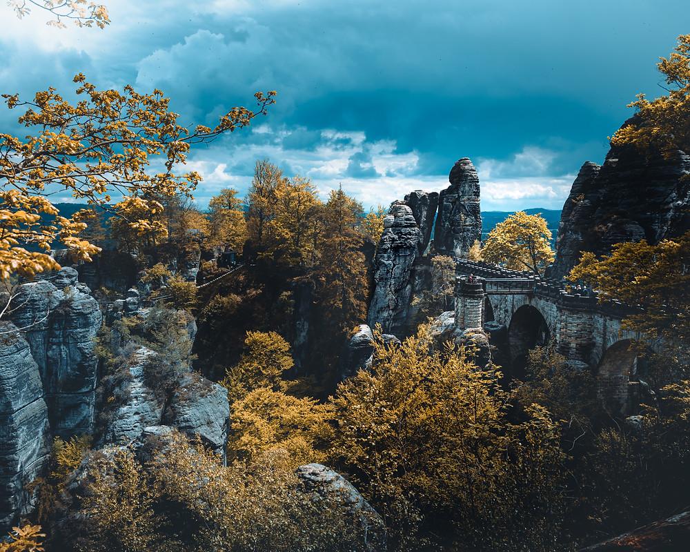 most w skałach