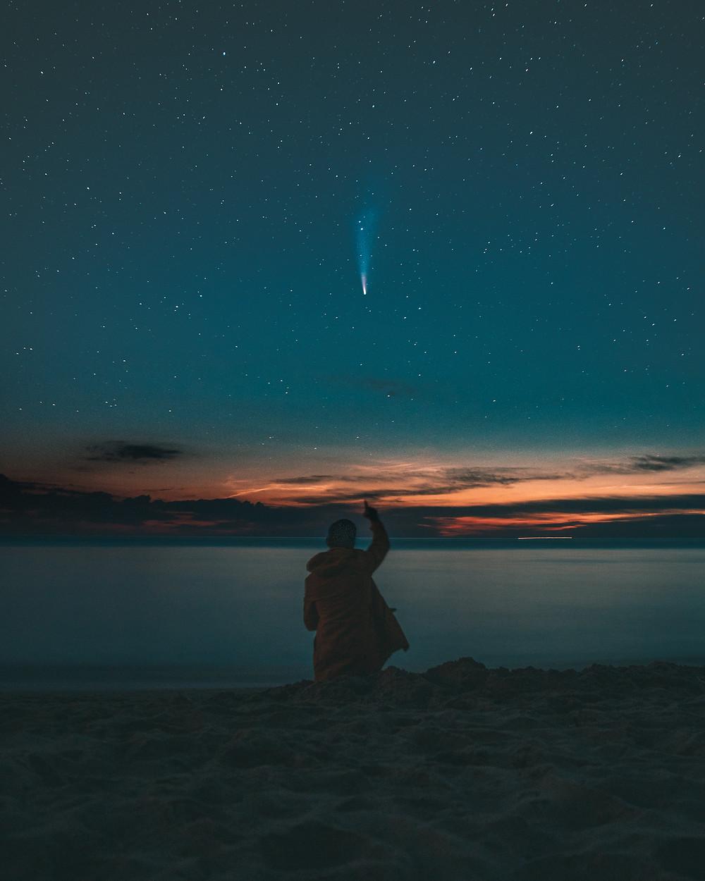 Kometa neowise widziana z plaży w piaskach