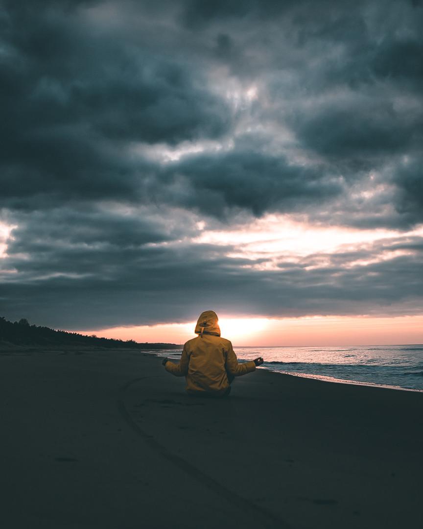 Medytacja nad brzegiem morza