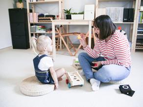 """Wyższość podłogi nad blatem stołu - z perspektywy terapii """"dziecka małego""""."""