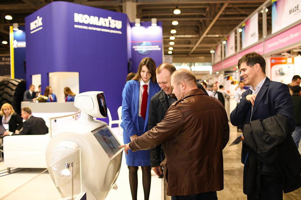 робот на выставке привлекает внимание