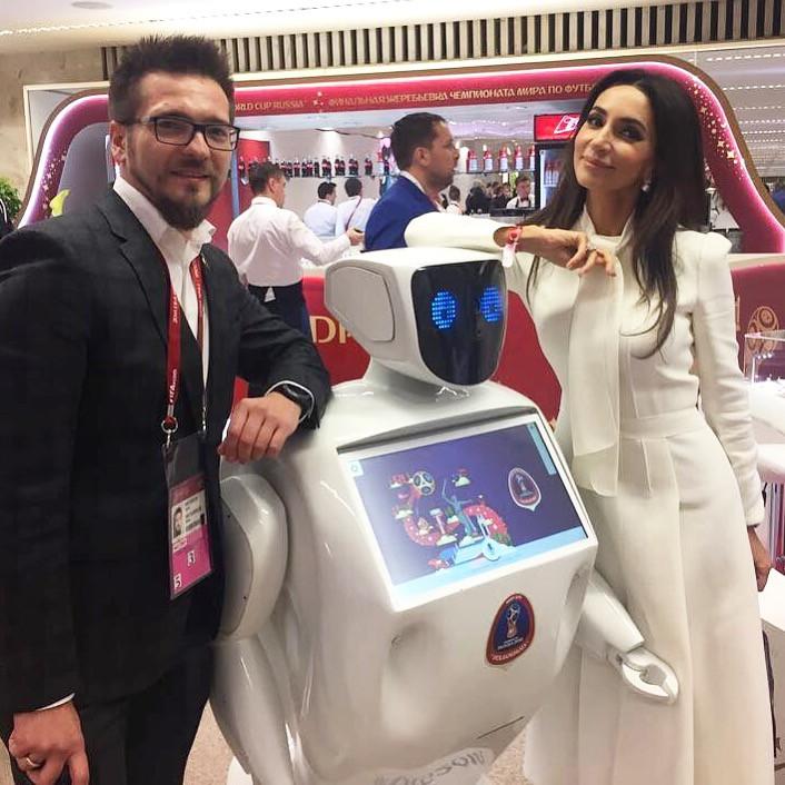 Робот и певица Зара в Кремле