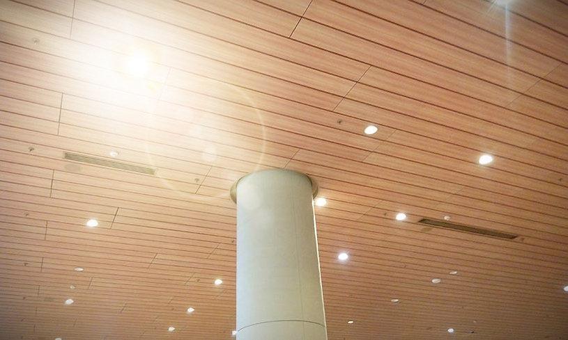 Falso techo de lamas de madera con iluminación empotrada