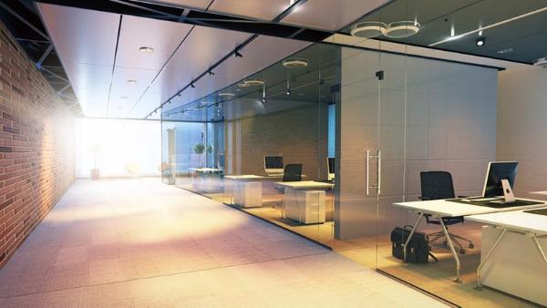 Oficina moderna con mamparas divisorias de vidrio.