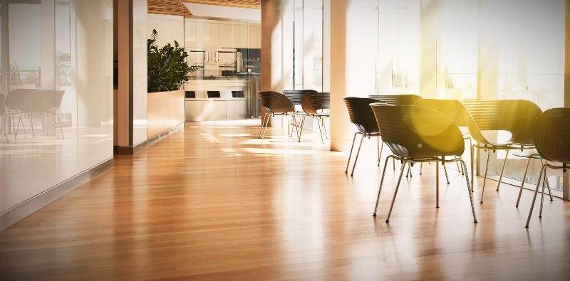 Diseño y reforma de oficinas con sueldo laminado terminación madera