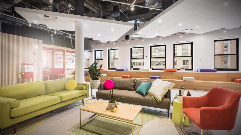 Reforma de oficina con espacio de relax para trabajadores.