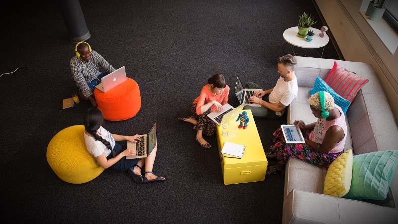 Diseño y reforma de oficinas con espacio creativo para reuniones