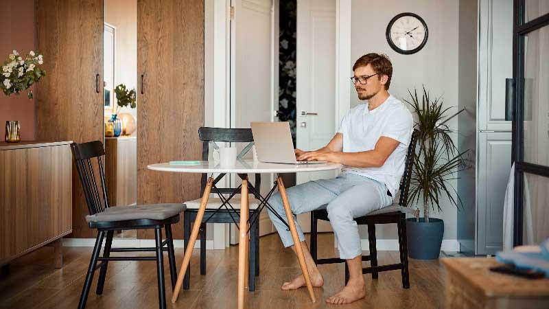 Trabajar en oficina en casa relajado