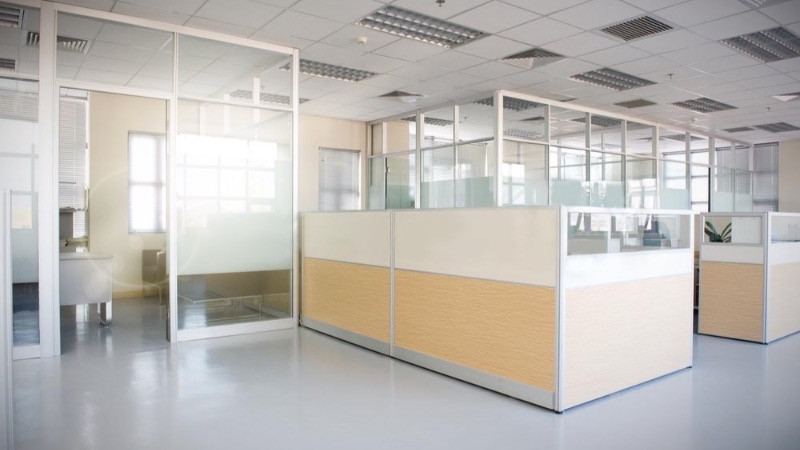 Reforma oficinas con mamparas de aluminio tablero de melamina.
