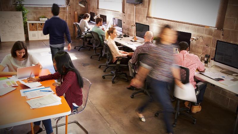 Diseño de oficinas modernas con espacio abierto