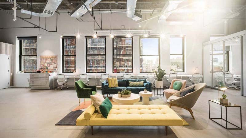Diseño de oficina con zona de descanso confortable y con decoración actual