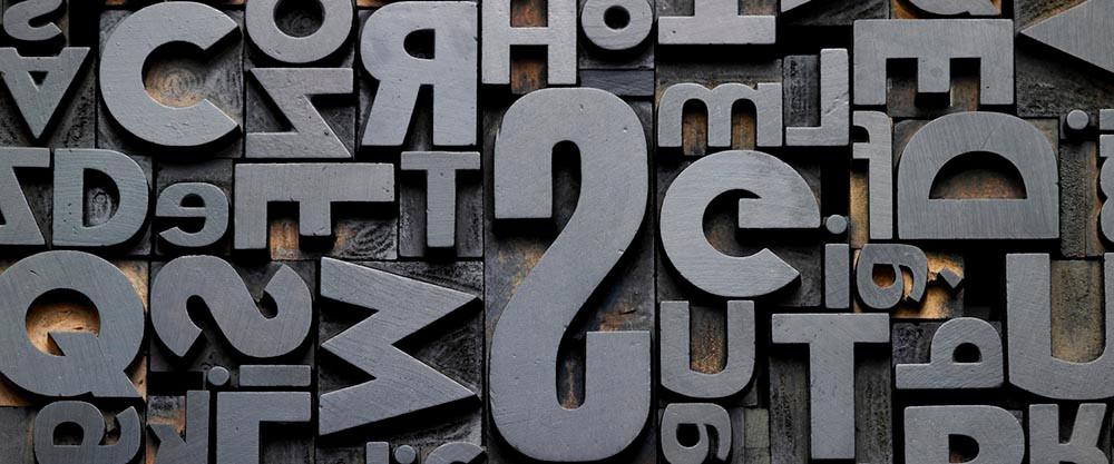 tipograía en el diseño de stands