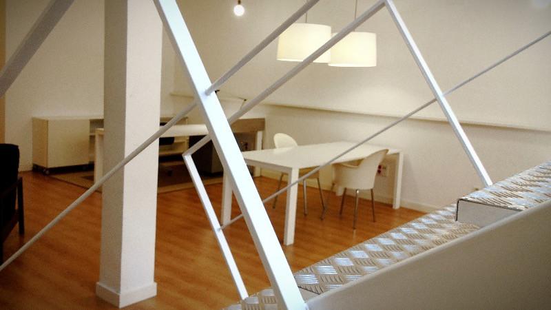 Reforma de oficinas con diseño de escaleras y de mobiliario en Madrid.