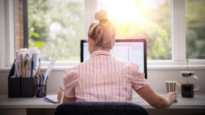 Oficina en casa teletrabajando con luz natural