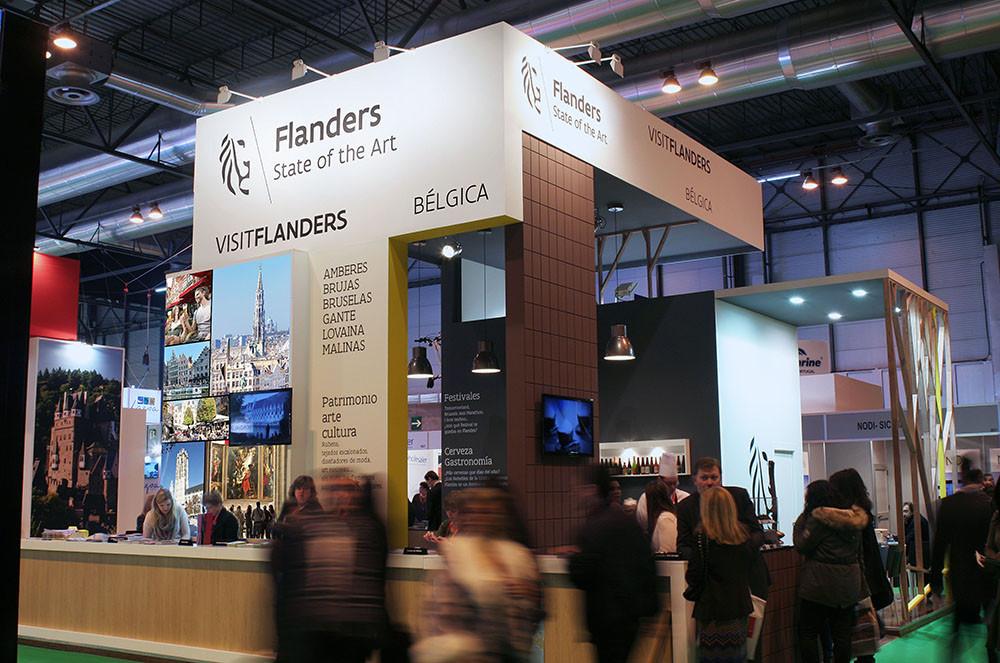 visitante a feria acudiendo al stand de diseño para el Turismo de Flandes en Fitur 2015.