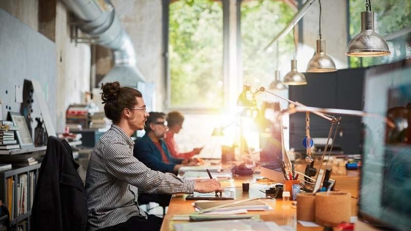 Reforma y diseño de oficina con espacios compartidos