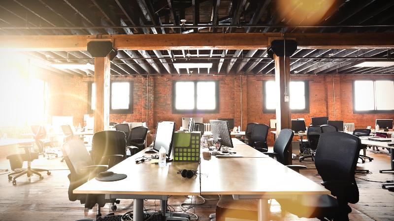 Reforma de oficinas estilo industrial y espacios abiertos