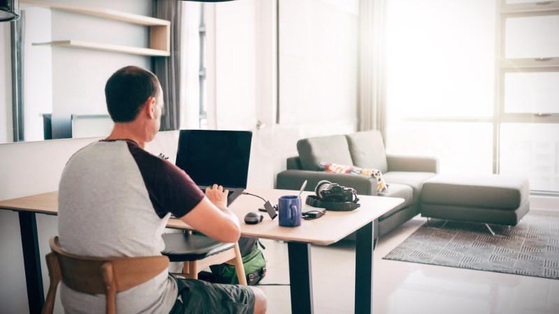 Despacho en casa en el salón del hogar