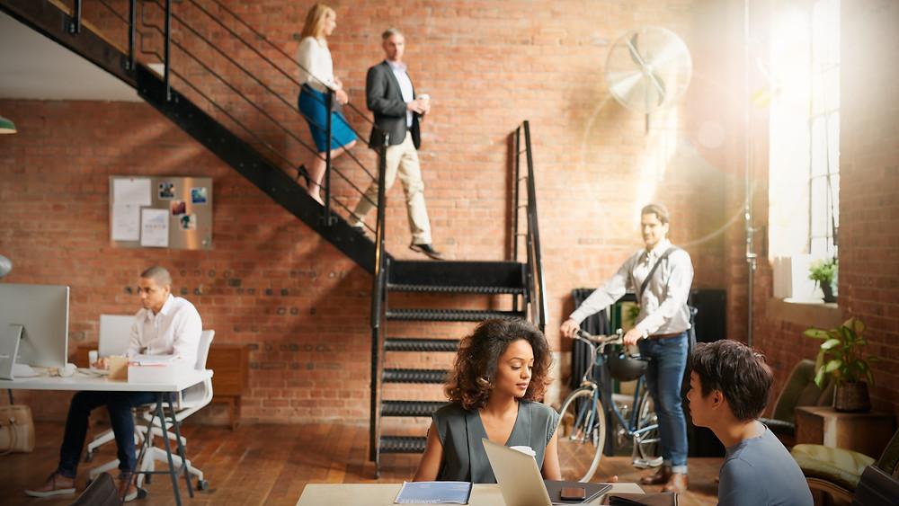 Diseño y reforma de oficia moderna y flexible