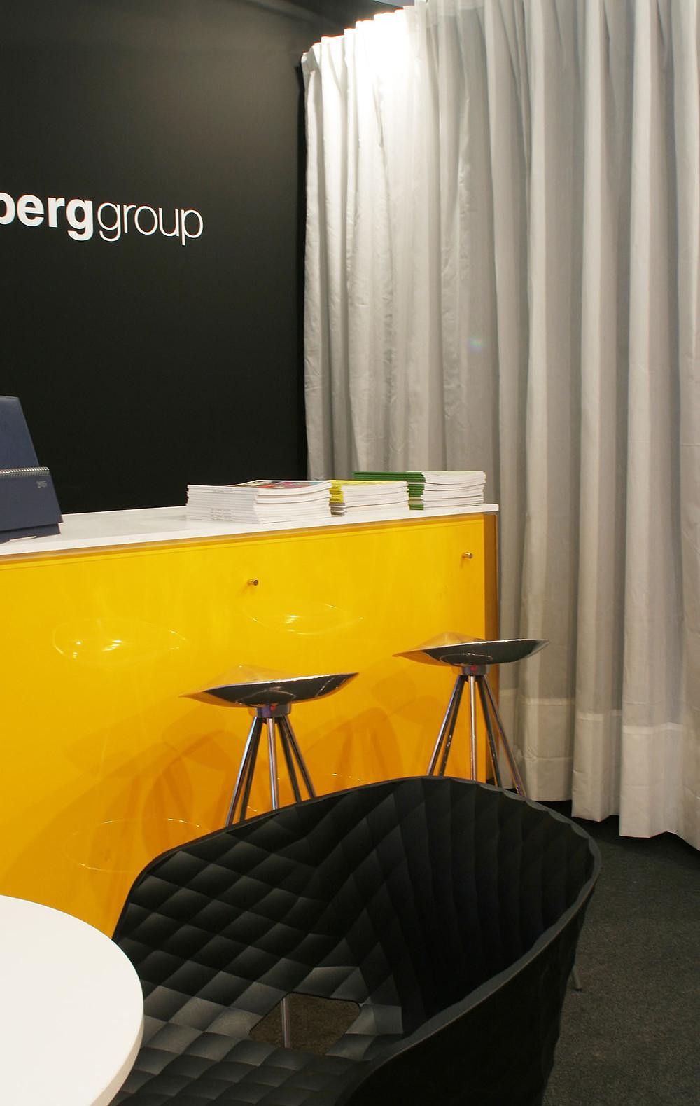 diseño y montaje de stands par grupo lideberg realizado por Decoración de Stands con paredes en negro