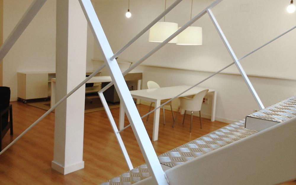 Diseño de escaleras de acceso a las oficinas de Nosune Diseño