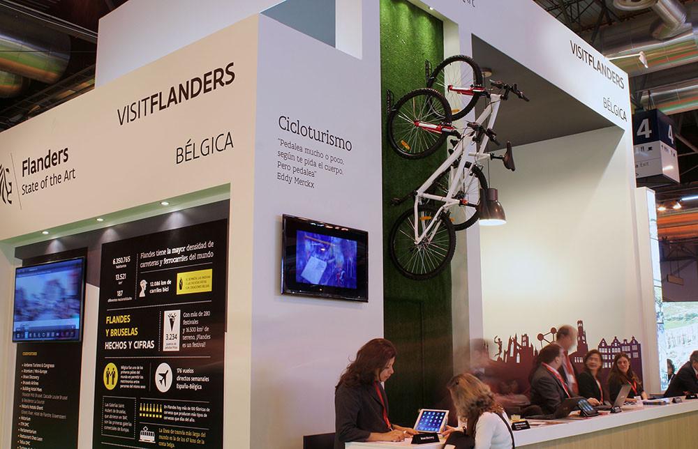 Zona de cicloturismo con dos biciletas en el stands de Turismo de Flandes