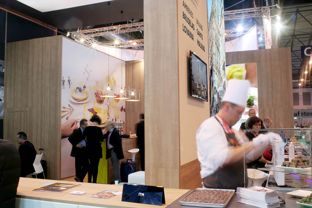 Diseño de stands con bar al fondo para Turismo de Flandes