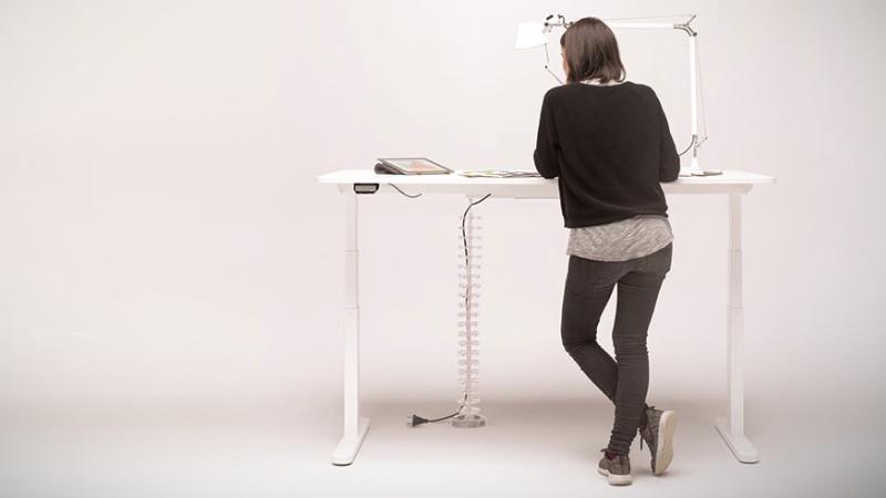Despacho en casa con mesa de oficina para trabajar de pie