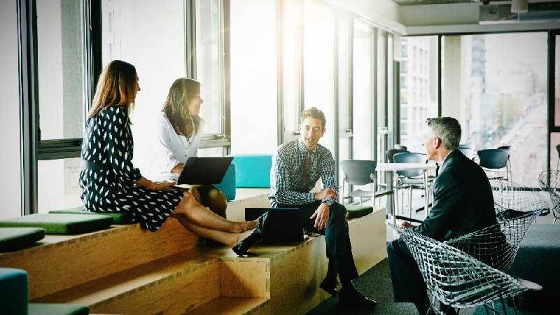 Reforma y diseño de oficina con reunión en sala descanso