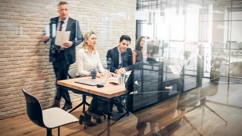 reforma y diseño de oficinas con divisiones con mamparas divisorias de vidrio