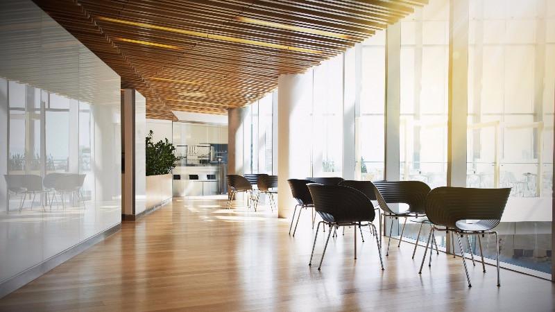 Reforma de lugar de trabajo con mobiliario de diseño
