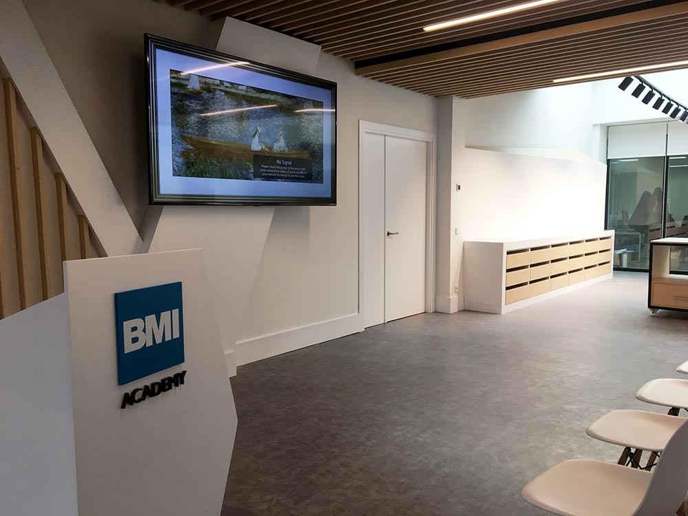 Mobiliaro a medida Showroom y aula didáctica para BMI