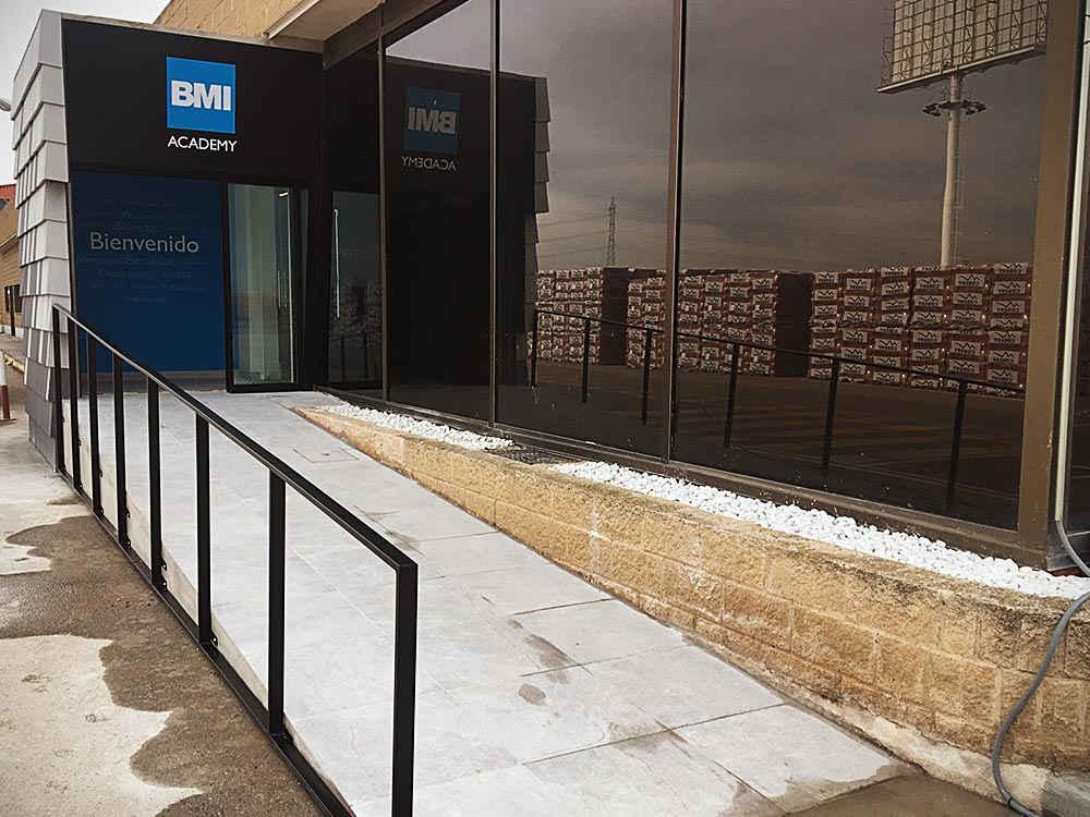 Diseño exterior para Showroom y aula didáctica para BMI