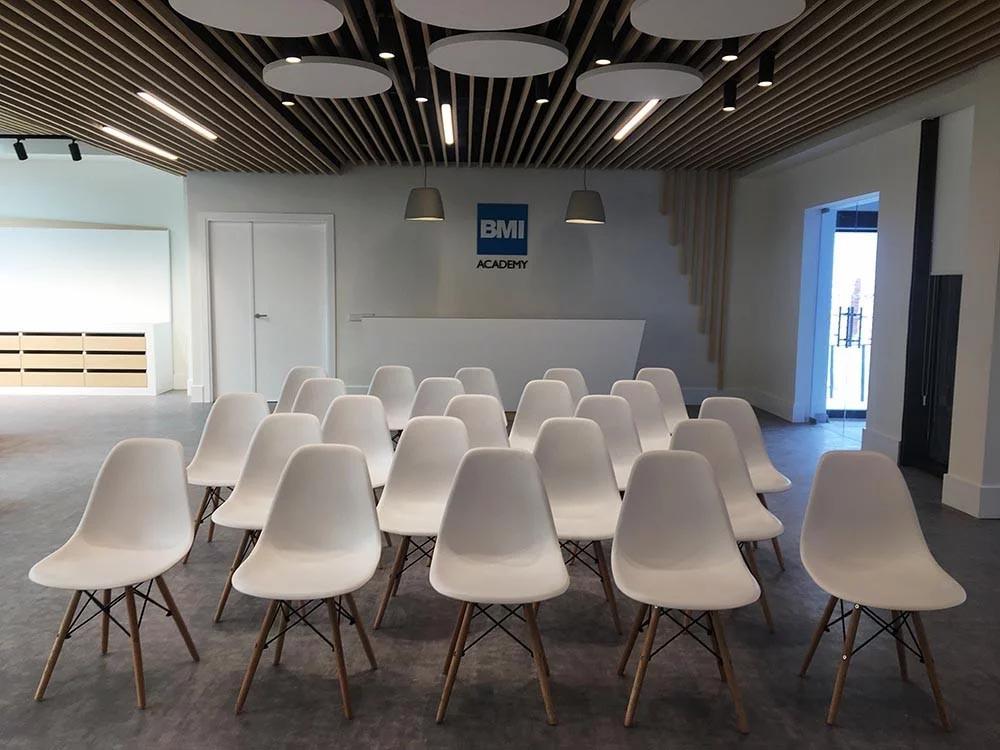 Aula didáctica de las oficinas y showroom de BMI Cobert