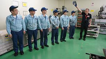 工場にて製造部員と