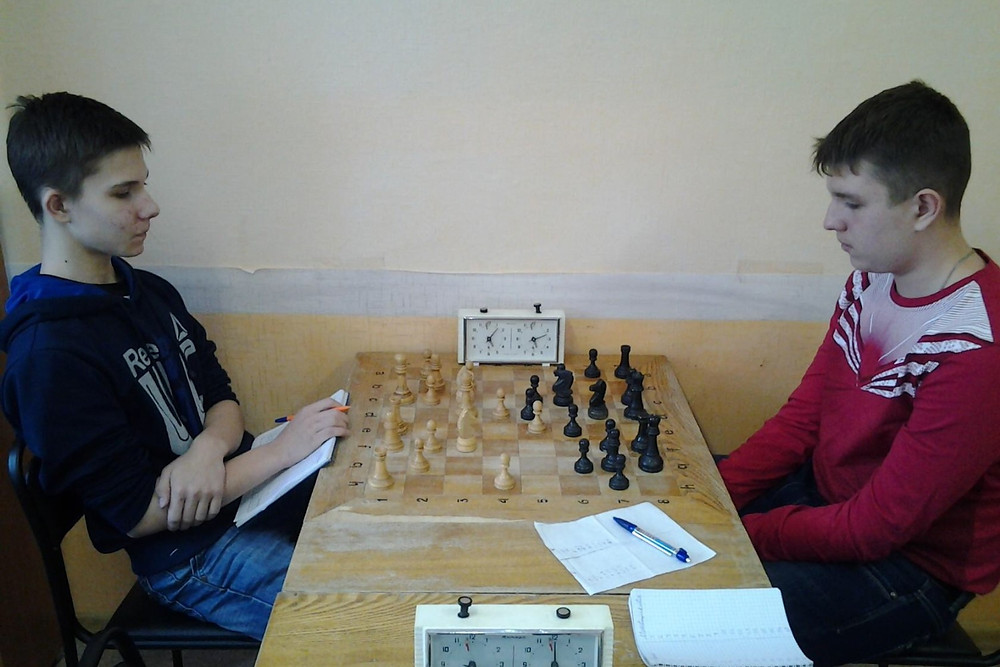 Игра началась. Кто победит? Фото из архива шахматного клуба