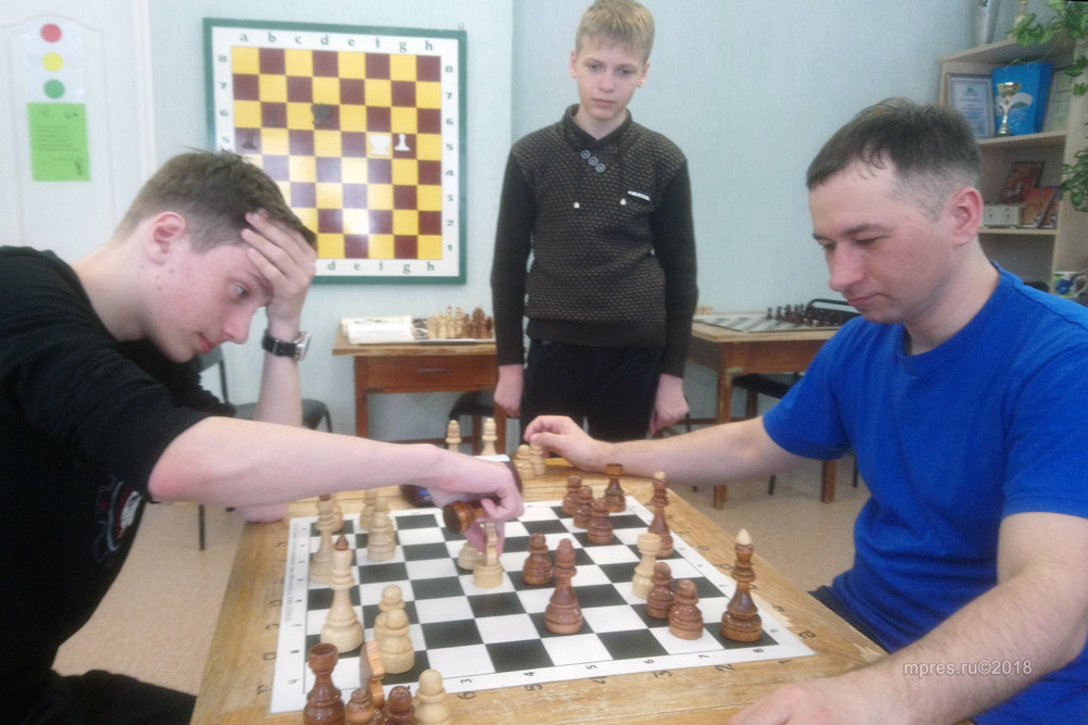 слева играет Павел Ширинкин, справа Константин Зеленков