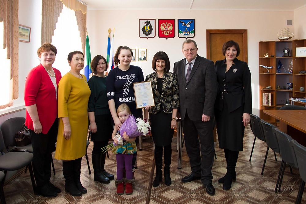 Вручение сертификата проходило в кабинете главы Николаевского района. Фото: Алеся Кайдалова/mpres.ru