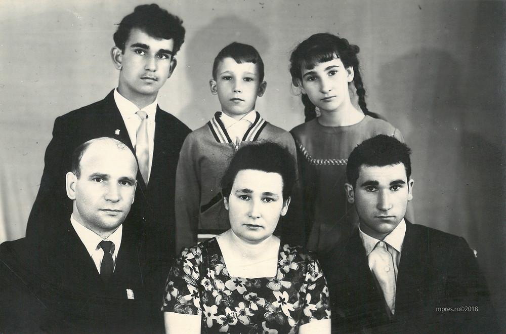 Семья Бобылевых (слева направо):  вверху - Николай, Виталий, Галина;  внизу - Павел Николаевич, Евгения Никандровна, Владимир