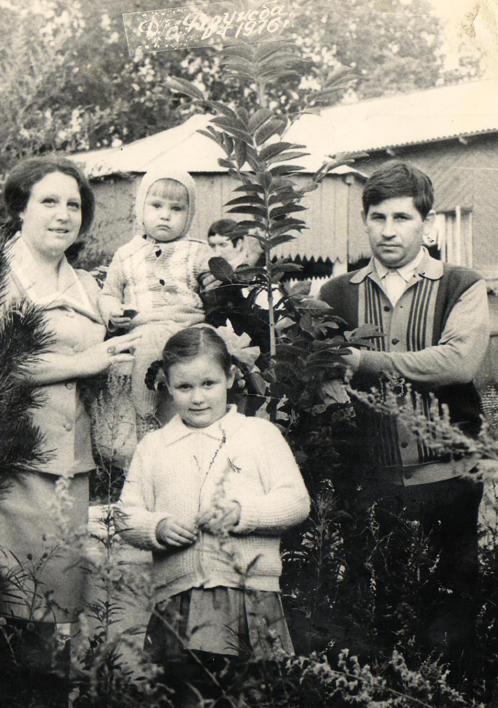 На даче. Семья Левиных в полном составе. Фото из семейного архива