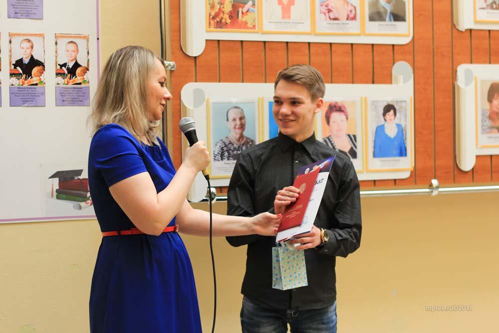 Директор школы №2 Ю.А.Божинова вручает диплом Никите. Фото: Алеся Кайдалова/mpres.ru