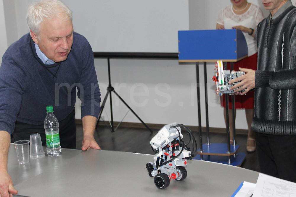 Участников конференции очень заинтересовал робот-эквилибрист, изготовленный студентами. Фото: Марина Белова/mpres.ru