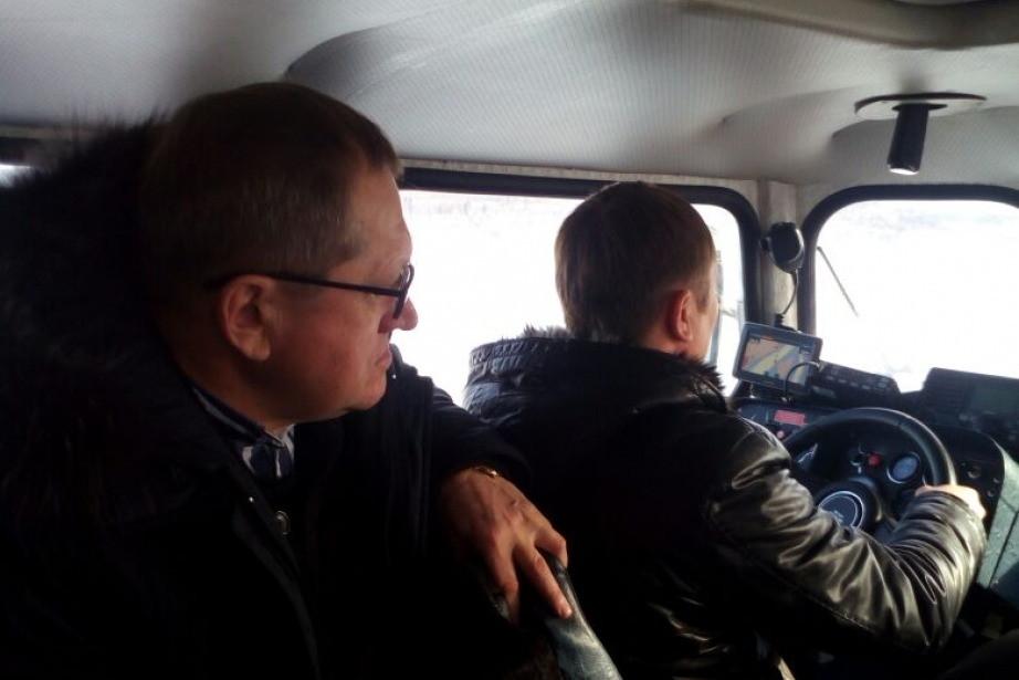 Глава района лично убедился в комфортабельности судна на воздушной подушке. Фото: nikoladm.khabkrai.ru