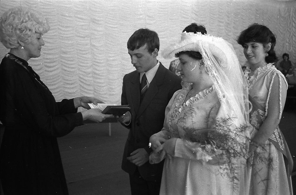 Одна из тысяч церемоний бракосочетания в 30-летней службе  В. К. Лепейко (слева)