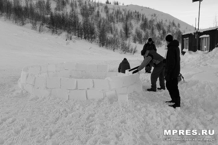 Тренировка строительства иглу. Фото: Алеся Кайдалова/mpres.ru