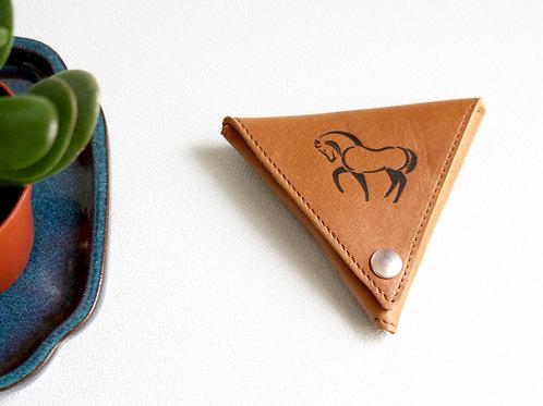 porte-monnaie marron cuir maroquinerie artisanale fabrication française triangle homme femme Atelier Antiope©