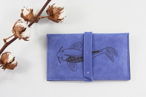compagnon cuir maroquinerie artisanale fabrication française bleu carpe poisson Atelier Antiope©